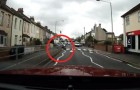 Hij ziet een kat aan de kant van de weg staan: wat hij doet is ongelooflijk!