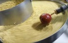 Production de pommes caramélisées: tellement envoûtante que vous ne pourrez pas détacher vos yeux de l'écran