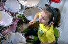 Ela tem somente cinco anos, mas tem talento de sobra na bateria!