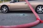 Dit is het risico dat je loopt als je voor een brandkraan parkeert!