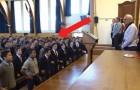 El profesor se jubila pero los estudiantes tienen en mente para él un saludo