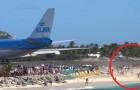 Der Flughafen grenzt an den Strand an: das zum Abflug bereite Flugzeug PUSTET die Badegäste WEG!!