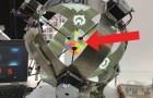 Een robot gaat de strijd aan met een Rubiks kubus: de snelheid is OVERWELDIGEND!