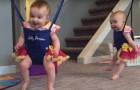 Die kleinen Zwillinge sind zum ersten Mal auf einer Schaukel: ihre Reaktion ist urkomisch!