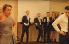 Mama overtuigt de bruidegom om samen met haar te dansen: hun optreden is een onvergetelijk moment van de bruiloft!
