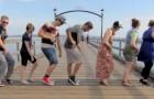 Er führt denselben Tanz mit 100 verschiedenen Menschen aus: das Endergebnis ist absolut genial