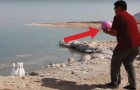 Una bola de bowling de 7 kg lanzada en el agua del Mar Muerto: este es el experimento