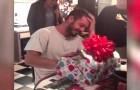 Die Mutter dieses ehemaligen Soldaten macht sich um ihn Sorgen: so schenkt sie ihm wieder das Lachen !