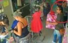 La vendedora esta distraida y dos clientes ponen en marcha un robo de Arsenio Lupin