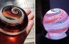Adieu den gewöhnlichen Särgen! Diese Firma transformiert die Toten in spektakuläre Meisterwerke aus Glas.