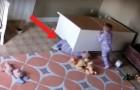 La comoda se vuelca y un bebè queda atrapado: el gemelo interviene y lo salva asi