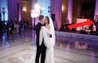 Gli sposini ballano sulla loro canzone preferita, ma alle spalle della sposa c'è una sorpresa per lei!