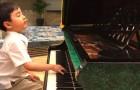 Este menino de cinco anos se senta na frente do piano e começa a tocar uma linda música