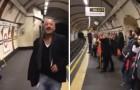 Un hombrre comienza a cantar en la metro: en un momento todos se unen a èl y...espectacular!