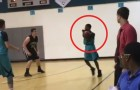 Este joven ha perdido ambos brazos pero eso no le impide de hacer cestos de 3 puntos