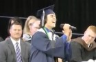 Hij betreedt het podium, maar in plaats van een speech zingt hij een nummer dat iedereen in het hart raakt!