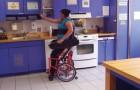 Ce fauteuil roulant moderne facilite les actions quotidiennes qu'un invalide trouverait compliquées