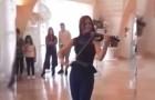 Die Violinistin spielt und tanzt