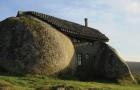 Casa do Penedo, das in Fels eingeklemmte Haus, das Touristen und Architekten aus aller Welt anzieht