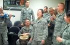 Dei soldati in pausa iniziano a cantare: sembra di assistere ad un concerto di professionisti!