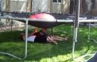 Hij laat zijn kinderen onder de trampoline liggen: wat hij van plan is, is bijna duivels!