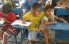 Er kommt mir seiner kleinen Schwester in die Schule, um keinen Unterricht zu verpassen: das Foto der Geschwister berührt uns alle