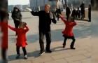 Nonno e nipotine si esibiscono in strada: non ci stupisce che tutti si siano fermati a guardarli