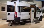 Questo veicolo ha le comodità di un camper e quelle di un furgone compatto, ma è l'interno che è favoloso