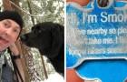 Deux randonneurs trouvent un chien dans la forêt, et ils lisent le message sur sa médaille.