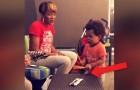 Der 2-jährige Sohn hält das Tempo, während seine Mutter singt und beweist, ein gewaltiges Talent zu haben