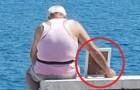 Un uomo porta la moglie in foto a guardare il mare: un gesto d'amore come se ne vedono pochi oggi