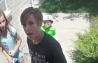 Le videocamere di sorveglianza riprendono dei ragazzini che restituiscono un portafogli con dentro 700 dollari