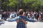 Si benda in mezzo alla piazza richiedendo un abbraccio, la reazione delle persone è commovente