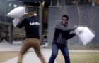 Un ragazzo sfida perfetti estranei in una lotta con i cuscini: la loro reazione è stupefacente!