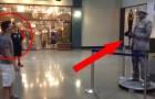 Un niño contra el artista de la calle: un verdadero desafio de baile al centro comercial