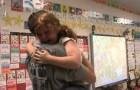Tijdens het voorlezen in de klas wordt dit meisje enorm verrast