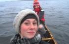 Dua amigas em um barco vivem uma experiência inesquecível!