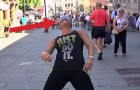 A woman agrees to dance blindfolded: look what happens next !