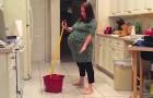 Uma mulher grávida de 9 meses dança na cozinha, mas alguém interrompe tudo!