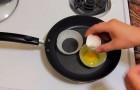 He breaks eggs into onion rings: gourmet breakfast is ready !