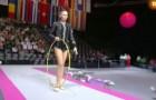 O que esta ginasta consegue fazer com o bambolê deixa o público de boca aberta