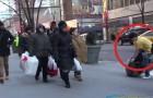 Un joven se congela de frio en la calle por 2 horas, pero al final ocurre algo de magico