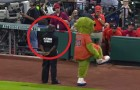 The mascot approaches the security man: his reaction deserves a round of applause!