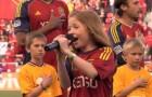 Pega o microfone para cantar o hino e surpreende o público