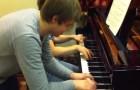Un genio del piano se divierte con un amigo: el duo es ENCANTADOR
