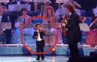 Un violinista di 3 anni debutta di fronte a 18.000 persone: il suo talento è impressionante
