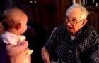 Il bisnonno di 95 anni le canta una canzone: l'espressione della bambina non ha prezzo