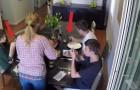 I figli usano il cellulare a tavola, ma lei ha un trucco che TUTTI i genitori ameranno!