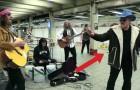 Los U2 se enmascaran y tocan en la metro: la reaccion de los transeuntes es sorprendente!