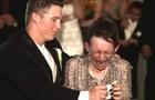 Sua madre non può camminare, così lo sposo le regala un momento INDIMENTICABILE